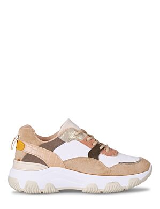 De sneaker, in taupe tinten, heeft veters en een witte, rubberen zool.