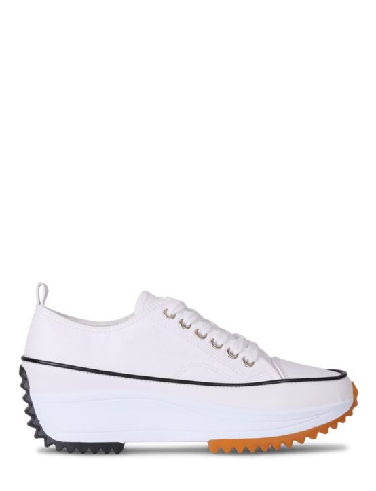De witte sneaker heeft veters en een grove zool.