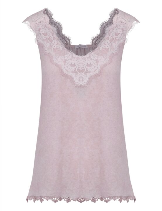 De roze, mouwloze top heeft een ruime hals en is afgewerkt met een kantenboord aan de bovenkant.