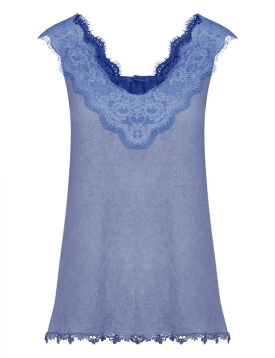 De blauwe, mouwloze top heeft een ruime hals en is afgewerkt met een kantenboord aan de bovenkant.