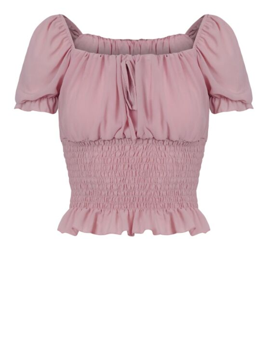 De top, in roze, heeft een boothals, korte mouwen en een gesmockte onderkant met ruffle.