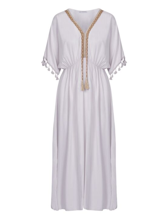 De witte maxi jurk heeft korte mouwen met flosjes, een V-hals en een taille-band met koord.