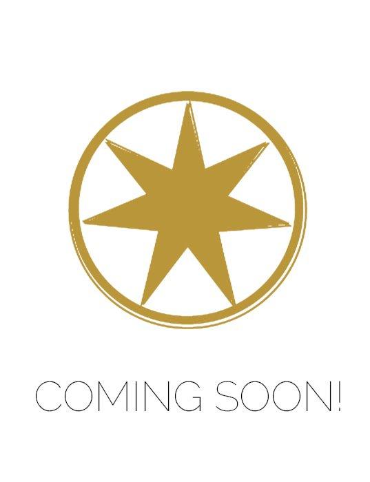 De blauwe top, gemaakt van een glitterstof, heeft lange mouwen, een opstaande kraag en ruffles.