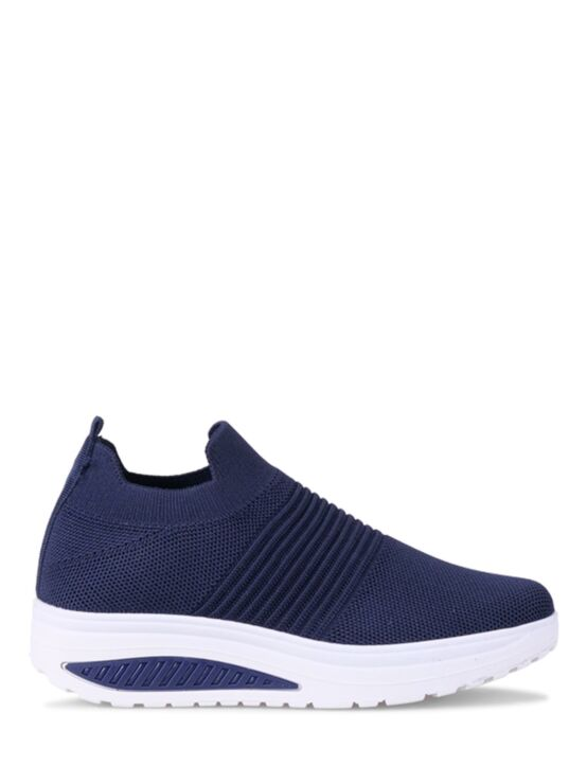 De donkerblauwe, sportieve sneaker is gemaakt van elastisch materiaal en heeft een witte zool.
