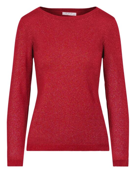 De rode top, gemaakt van een glitterstof, heeft een ronde hals en lange mouwen.
