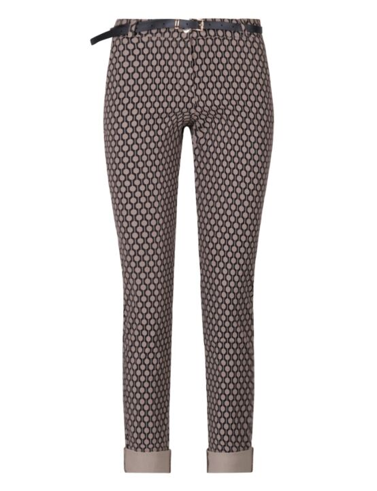 Deze taupe pantalon, in print met rondjes, heeft achterzakken en wordt geleverd met riem.