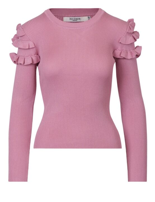 De top, in roze, heeft een ronde hals en lange mouwen met ruffles bij de schouders.
