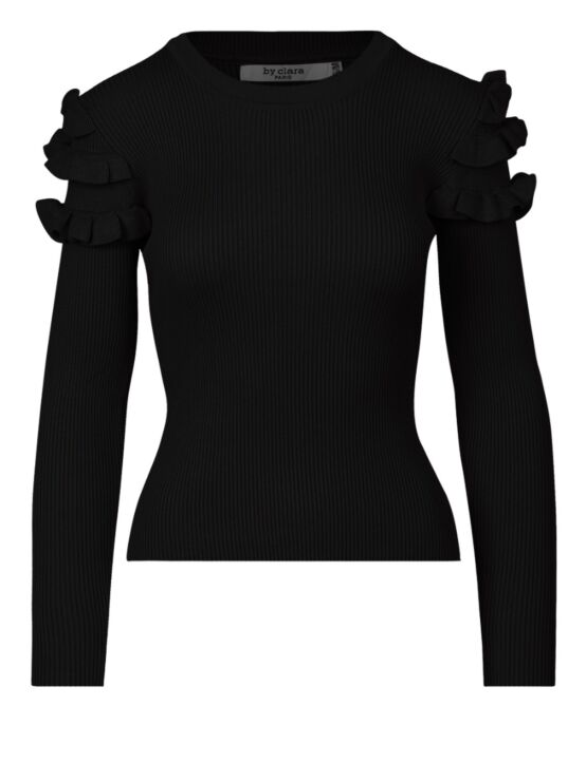De top, in zwart, heeft een ronde hals en lange mouwen met ruffles bij de schouders.
