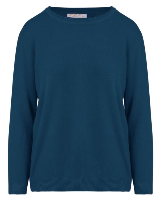De lila trui heeft een ronde hals en lange mouwen.