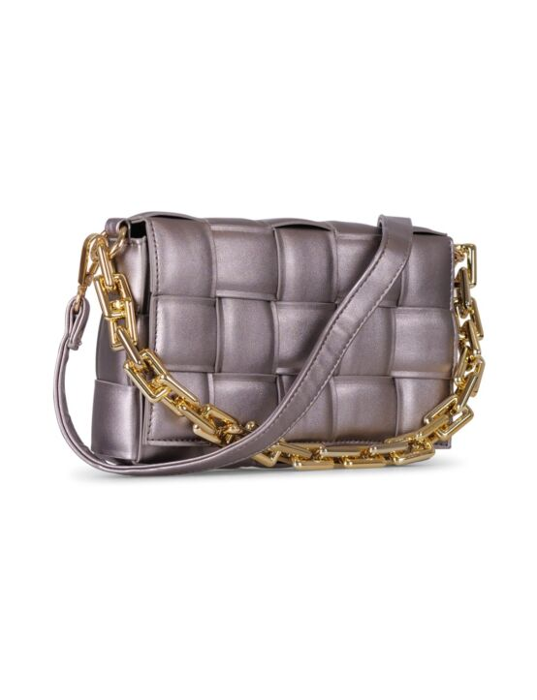 De zilverkleurige tas, gemaakt van PU-leer, heeft een gevlochten patroon en twee hengsels.