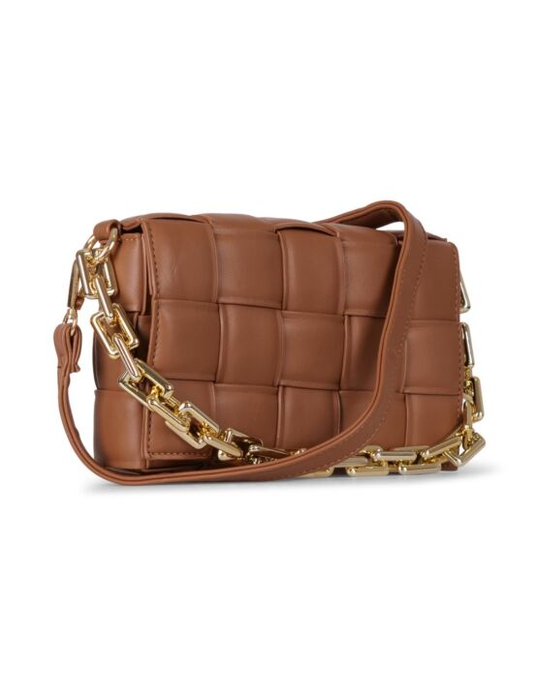 De bruine tas, gemaakt van PU-leer, heeft een gevlochten patroon en twee hengsels.
