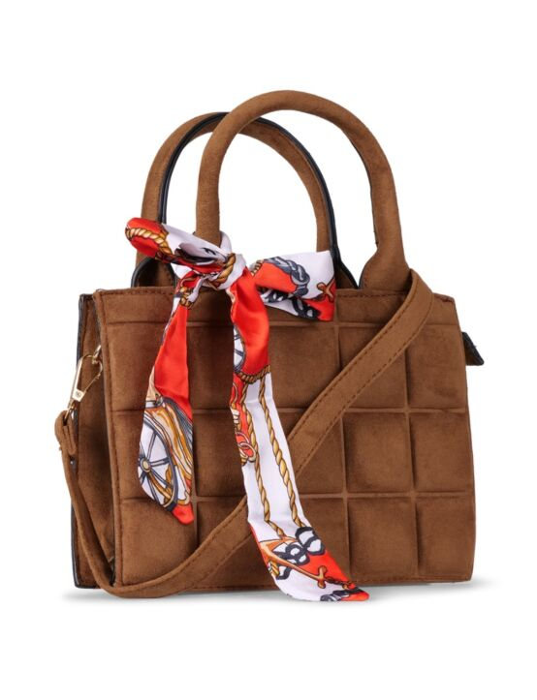 De bruine tas heeft een geblokt patroon, een rits, meerdere vakken, een sjaaltje en hengsels.