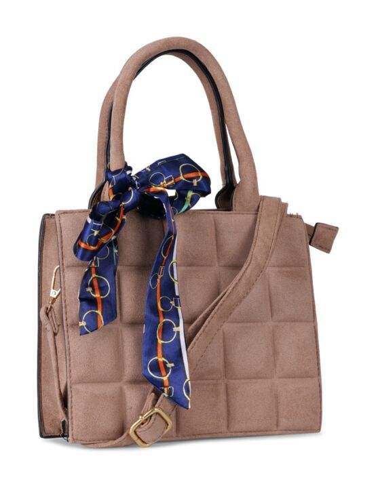 De taupe tas is geblokt, heeft een zwarte rits, meerdere vakken, meerdere hengsels en een sjaaltje.