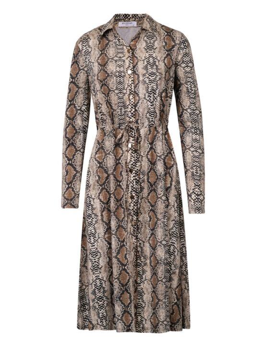 De jurk, in slangenprint, heeft een kraag, lange mouwen, knoopjes en een verstelbaar koord.