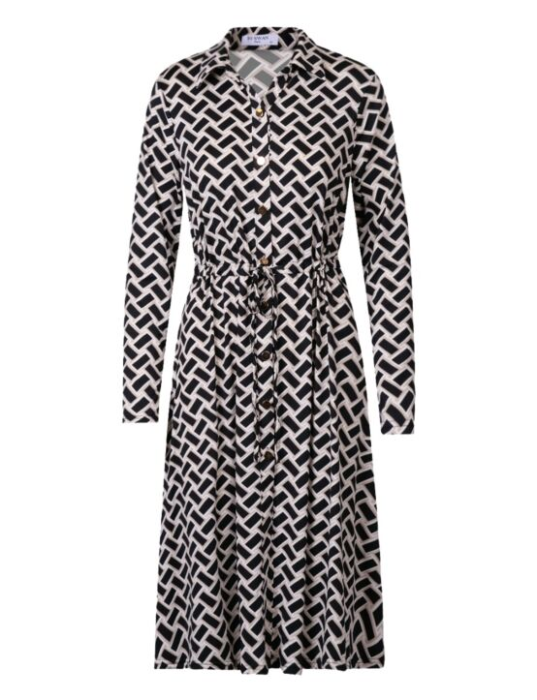 De jurk, in een zwarte print, heeft een kraag, lange mouwen, knoopjes en een verstelbaar koord.