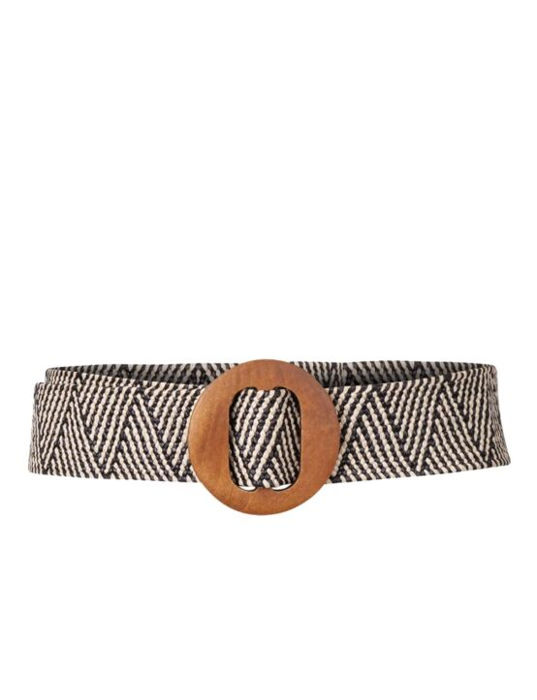 De zwart/ witte, gevlochten riem heeft een houten gesp.