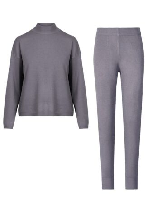 De set, in grijs, bestaat uit een top met hoge hals en lange mouwen, en een aansluitende broek.