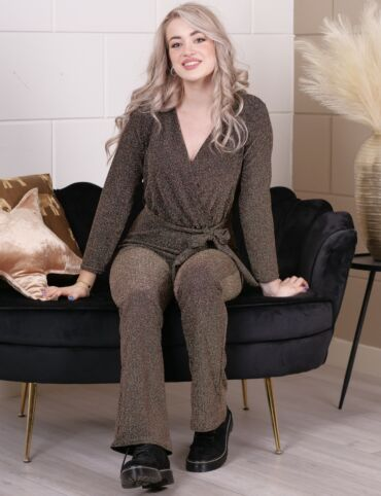 De bruine jumpsuit, gemaakt van een glitterstof, heeft een V-hals, lange mouwen en koord.