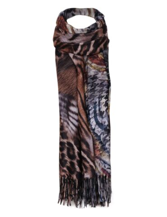 De grijze sjaal is bedekt met een print.
