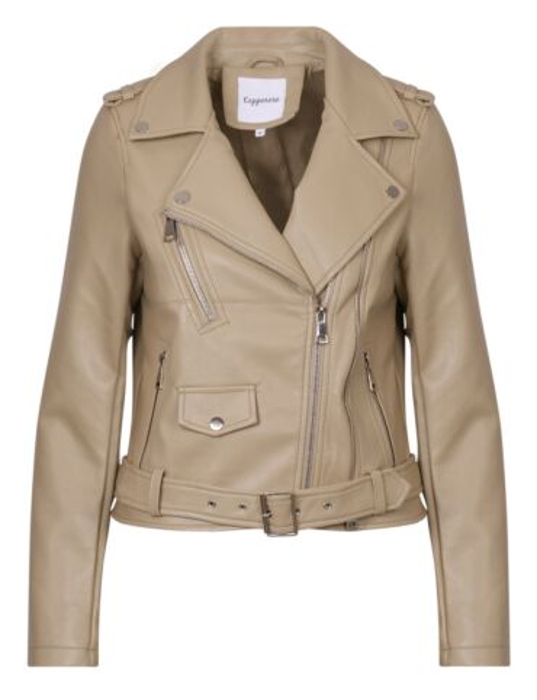 De beige leren jas is afgewerkt met zilverkleurig hardware, heeft ritsen en een kraag.