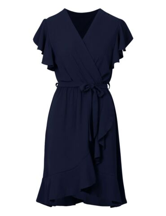Blauwe jurk heeft een elastische taille-band met strik. De korte mouwen en rok hebben een ruffle.