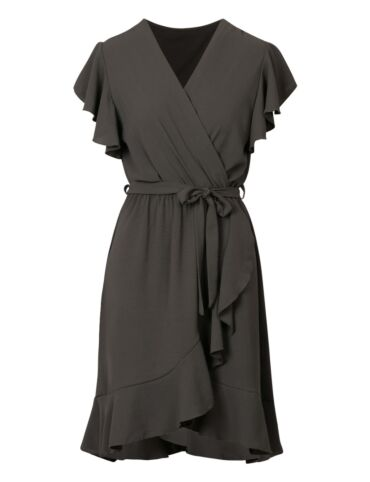 Groene jurk heeft een elastische taille-band met strik. De korte mouwen en rok hebben een ruffle.