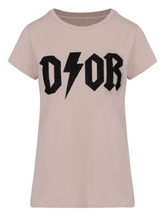 Het t-shirt, in taupe, heeft een ronde hals, korte mouwen en een opdruk op de voorkant.