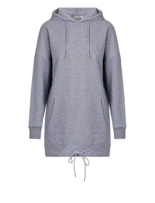 De grijze hoodie heeft een muts, een zak aan de voorkant en een verstelbaar koord aan de onderkant.