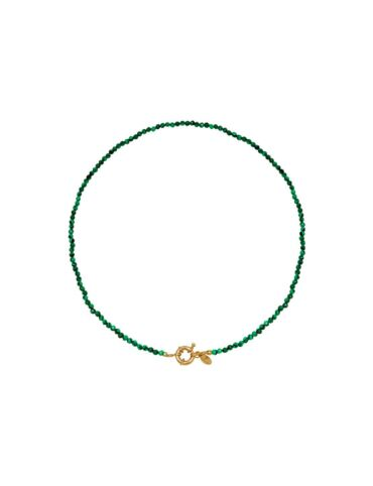 De groene ketting heeft kralen en een gouden sluiting.