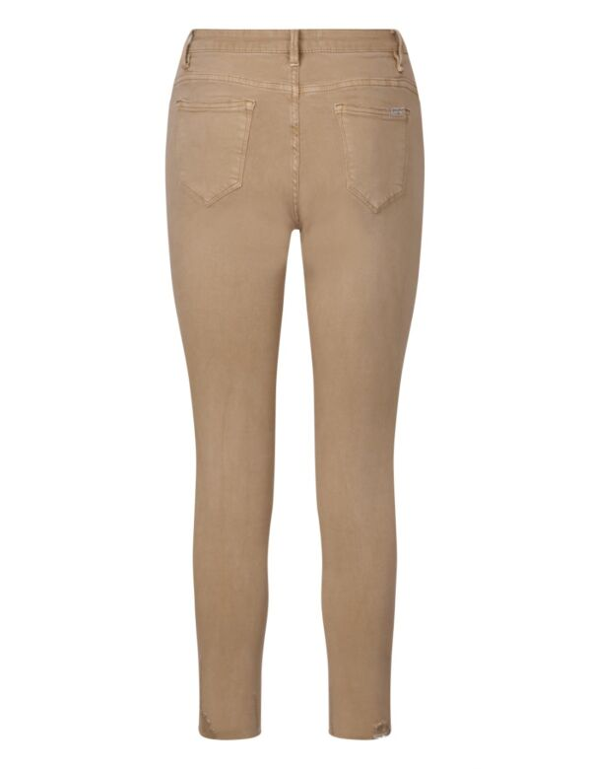 De camelkleurige skinny spijkerbroek heeft een rafelige onderkant, zakken en sluit met een knoop.