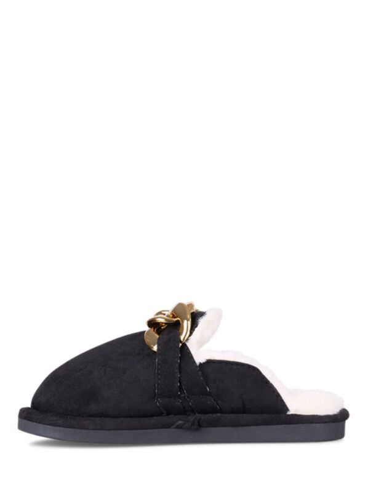 De zwarte pantoffel met imitatiebont heeft gouden schakels op de bovenkant.